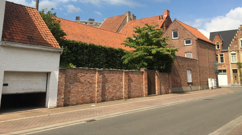 hoekwoning met tuintje en garage in volle centrum
